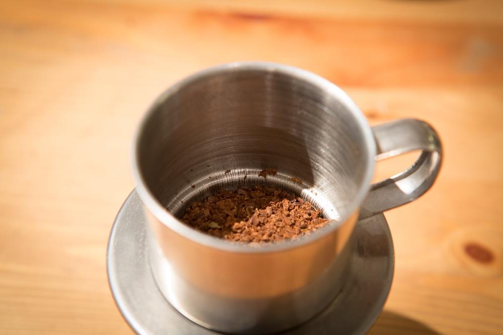 Добавление кофе в кофеварку