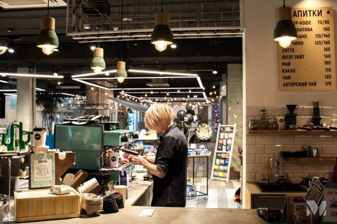 Бариста, работающие со спешелти, заваривают кофе