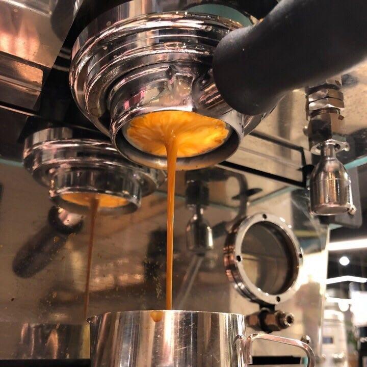 Шот эспрессо в процессе приготовления