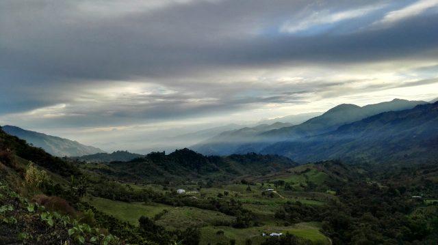Вид с горной кофейной фермы в Колумбии