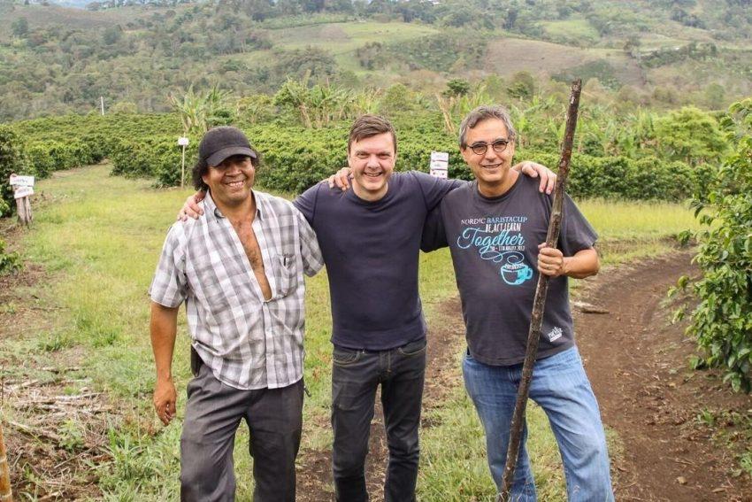Тим Вендельбо (по центру) с Элиасом Роа на ферме