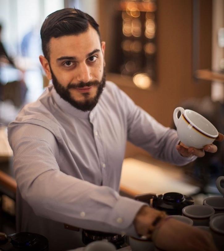Франческо Маскиулло, за работой, в кафе Ditta Artigianale