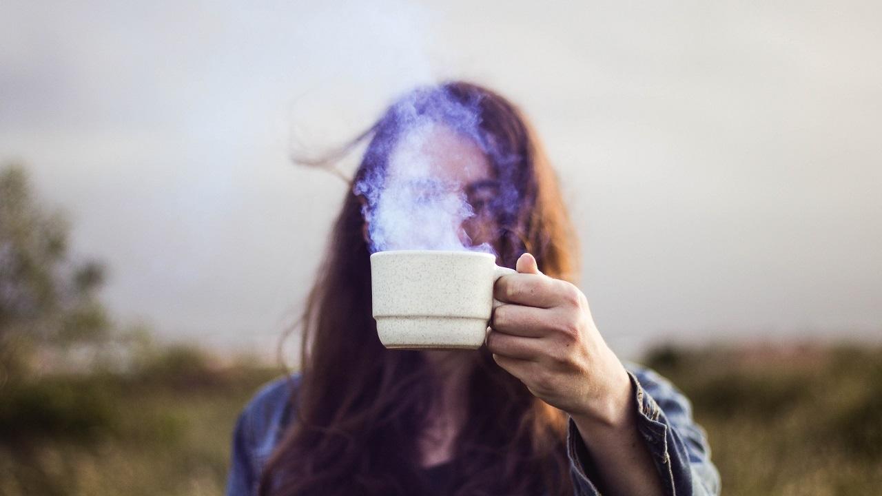 Девушка с чашкой горячего чая