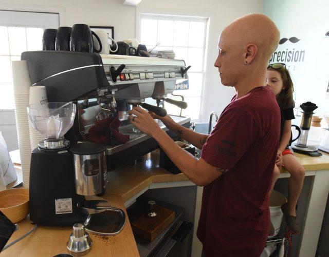 Брайс Янг готовит эспрессо