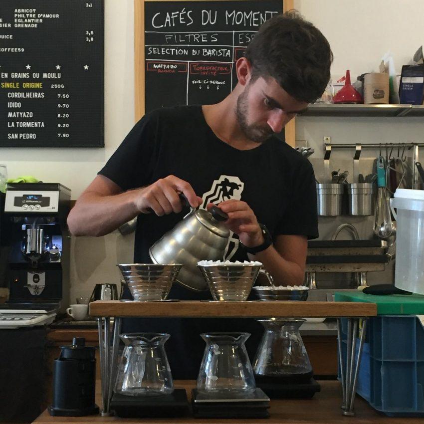 Дижо готовит кофе в Пуровере