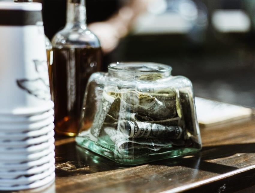 Банка с чаевыми в кофейне