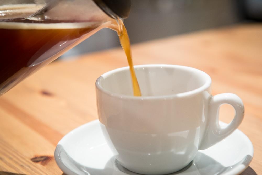 Опустите поршень и сразу перелейте весь кофе